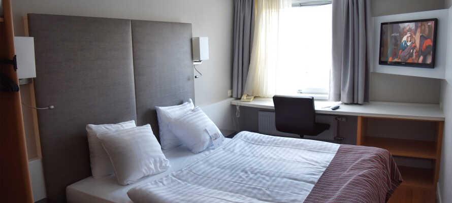 Hotellet har 206 værelser, som alle er rummelige og moderne indrettede.