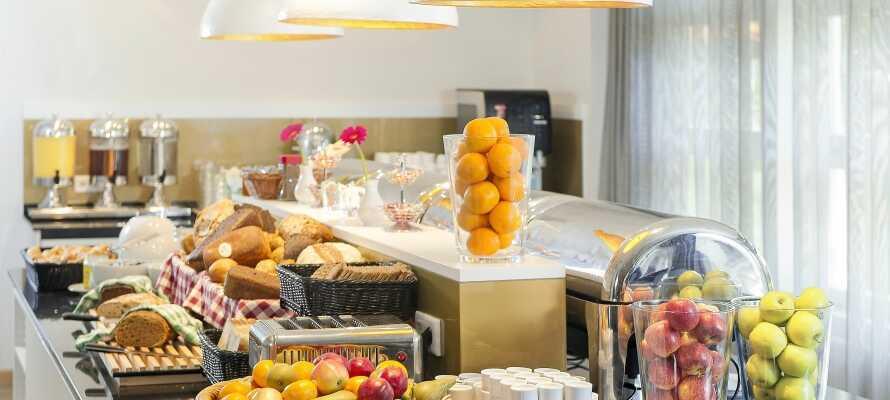 Varje morgon dukar hotellet fram en härlig och riklig frukostbuffé för en bra start på dagen