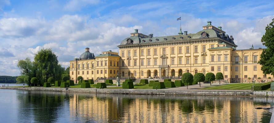 Besök Drottningholms slott, Sveriges bäst bevarade kungliga slott, som byggdes redan på 1600-talet och som idag är kungafamiljens permanenta residens