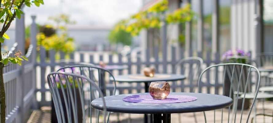 Om sommeren kan I nyde kaffen og de smukke omgivelser på hotellets indbydende terrasse.