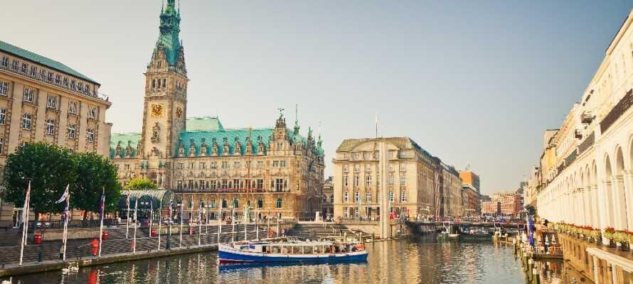Storbyen Hamburg ligger 50 minutters kørsel fra hotellet og her finder I kultur, gastronomi og shopping for hele familien.