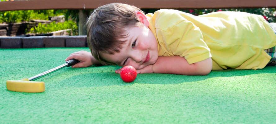 Kring hotellet finns möjlighet att spela minigolf, bowling och tennis.