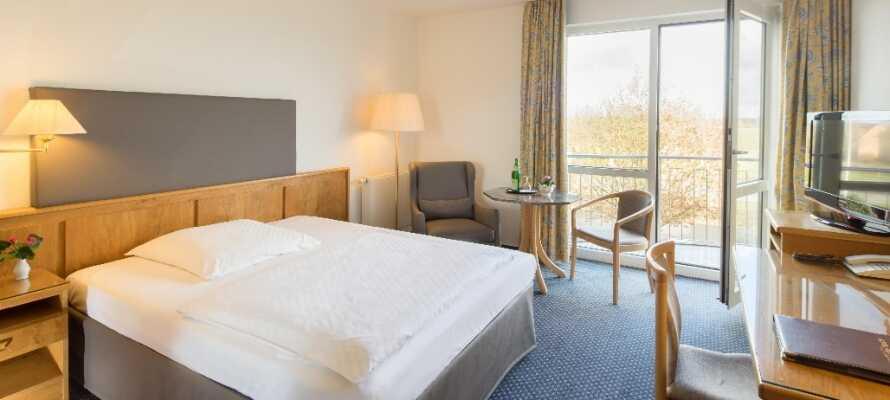 De lyse værelser er udstyret med alt hvad der skal til, for at gøre opholdet så nemt og behageligt som muligt.