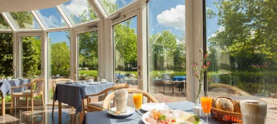 Start dagen med en overdådig morgenbuffet, mens I nyder udsigten til haven fra hotellets morgenmadsrestaurant.