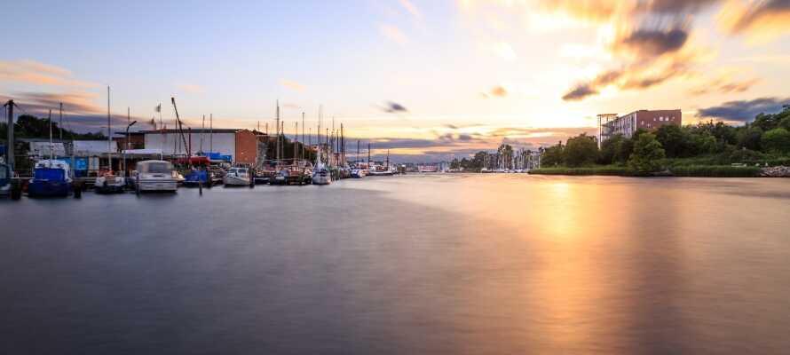 Kør en tur til den gamle smukke by, Kiel, hvor I f.eks. kan opleve St. Nikolai Kirche og nyde livet ved havnen.