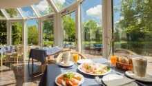 Start dagen med en overdådig frokostbuffet, mens dere nyter utsikten til hagen fra hotellets frokostrestaurant.