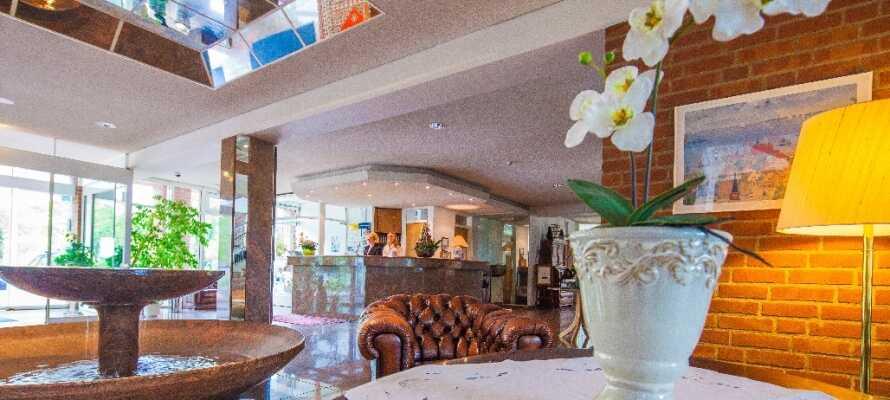In der Hotellobby können Sie sich nach einem spannenden Tag erholen.