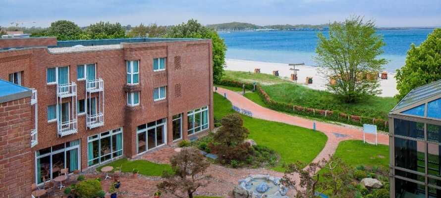 Hotellet har ett utmärkt läge precis vid stranden och det blåa havet.