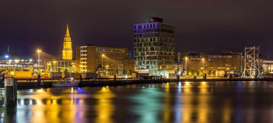 Ta bilen till den gamla hamnstaden Kiel som har en trevlig maritim atmosfär liksom stadsliv, kultur och historia.