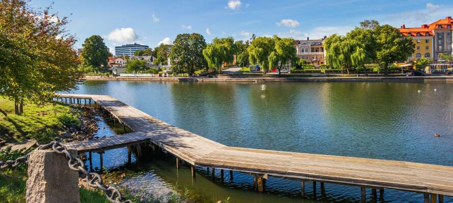 Hotellet ligger nära gågatan, stadsparken och sjön Maren, i den charmiga staden Södertälje.