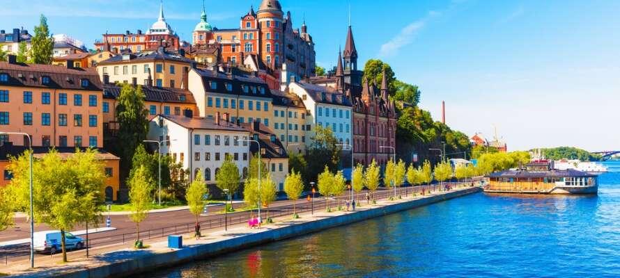 Passa på att även uppleva Stockholm under er minisemester, som ligger endast ca 35 km från hotellet.