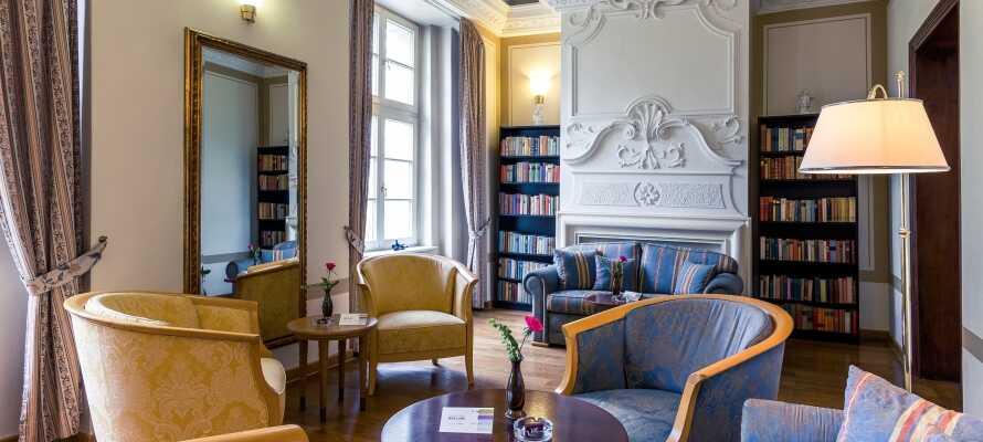 Koppla av i slottshotellets mysiga sällskapslokaler med en bok och en kopp kaffe.