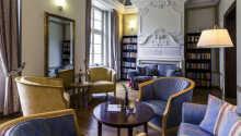 Les en bok i rolige omgivelser i hotellets bibliotek