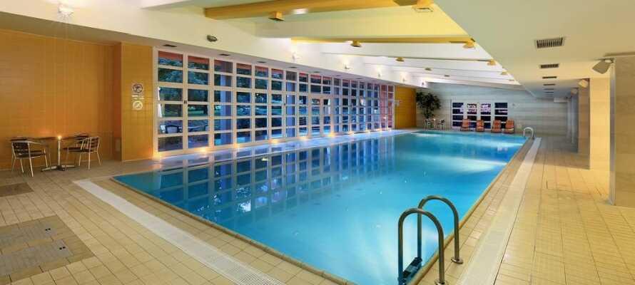 Det 4-stjernede hotel byder bl.a. på indendørs poolområde med sauna, solarium, massage og fitnesscenter.