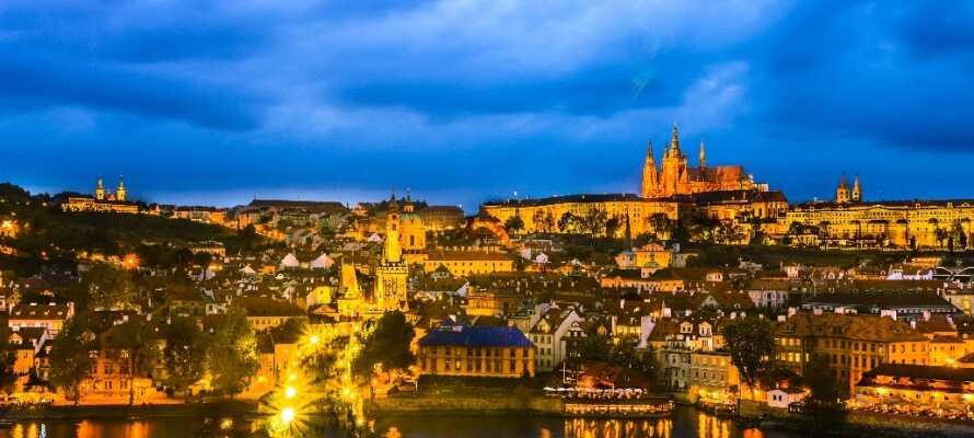 Auf insgesamt 31 Kilometern fließt die Moldau durch Prag, eine attraktive Stadt mit schöner Architektur, romantischer Atmosphäre und lebendiger Kultur.