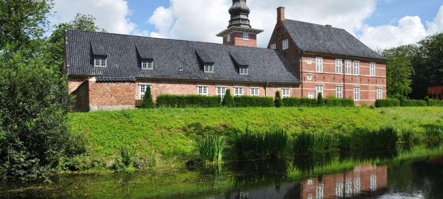 Slottet med den fina slottsträdgården ligger i utkanten av staden