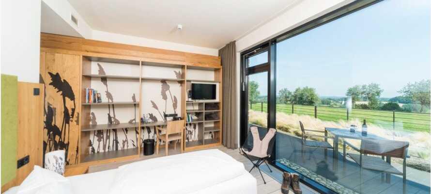 Hotellrommene er sjenerøst utstyrt med naturelementer, og de har alle tilgang til sin egen terrasse hvor du kan slappe av og nyte omgivelsene.