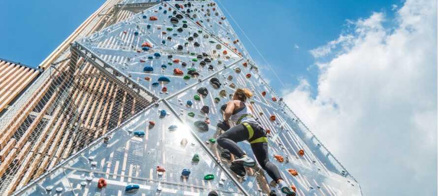 I anslutning till hotellet kan ni ta er upp till toppen av det 20 meter höga utsiktstornet - till fots eller klättrande.