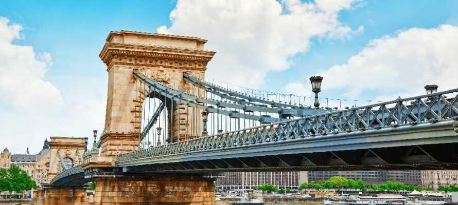 Den berømte kædebro der forbinder bydelene Buda og Pest er et af byens absolutte vartegn og helt store seværdigheder.