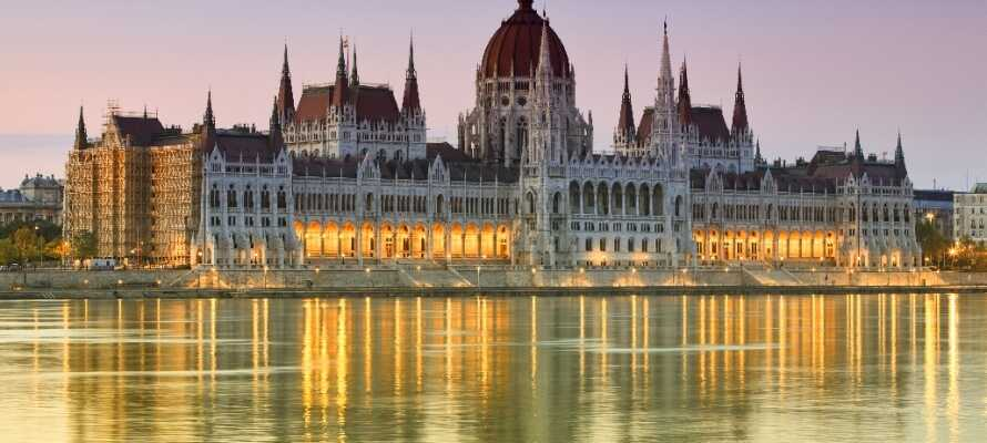Den storslåtte bygningen som huser det ungarske parlamentet er i dag Ungarns største bygning og et av Budapests mest attraktive besøksmål.
