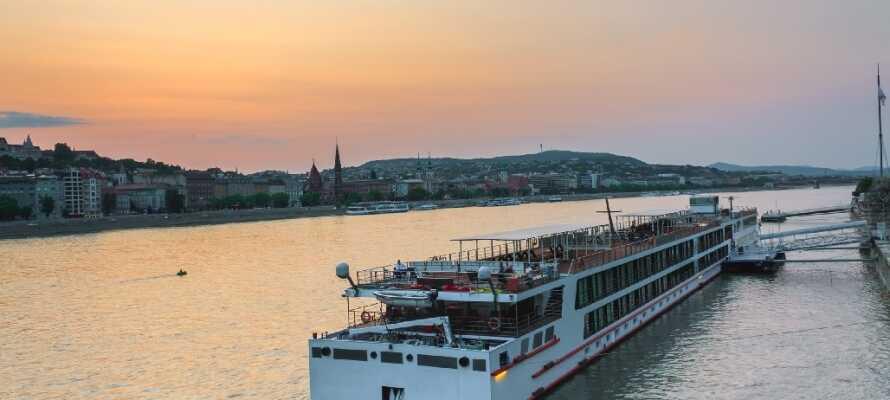 Den berømte Donau flod, der er Europas næstlængste, løber gennem Budapest. Oplev byen fra en anden vinkel på en sejltur.