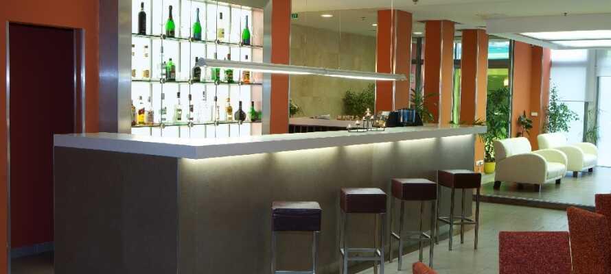 I hotellets bar kan dere slappe av etter en spennende dag med sightseeing og nyte et par drinker og snacks.