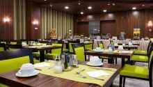 Få lidt godt at spise i hotellets restaurant.