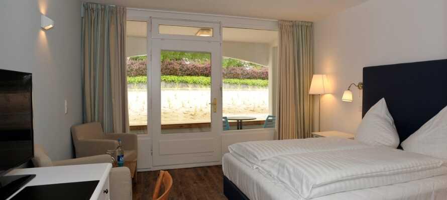 Alle Zimmer verfügen über einen Balkon oder eine Terrasse und einige haben Aussicht auf den Yachthafen und die Ostsee.