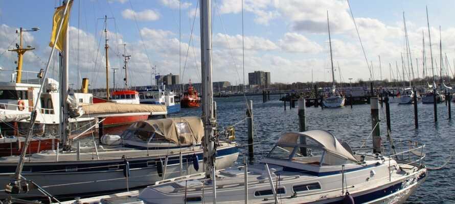 Njut av livet på standen med sol och hav eller ta en härlig promenad vid marinan precis vid hotellet