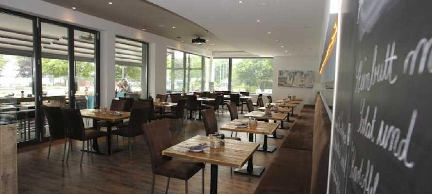 Restaurangen erbjuder en internationell meny från de soliga sydeuropeiska köken.