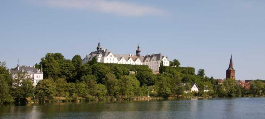 Til udflugtsmålene i området tæller bl.a. den smukke havneby Kiel, U-boot U995 og Plön med sit smukke slot.
