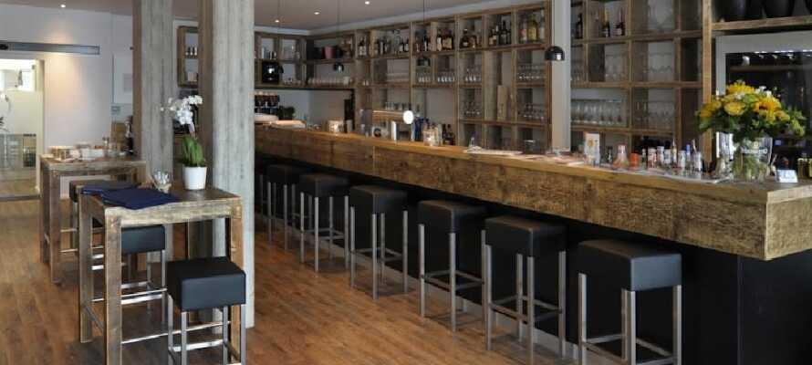 Efter en dag fylld av upplevelser och aktiviteter kan man unna sig en god drink i hotellets härliga bar.