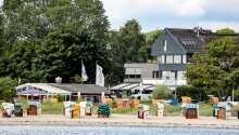 Das Hotel liegt nördlich von Kiel, nur wenige Schritte vom Strand entfernt.
