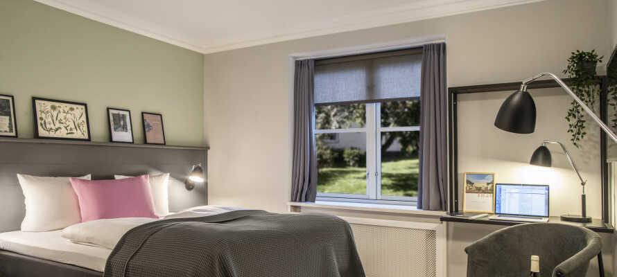 De moderne, lyse og elegante værelser danner rammen for et godt ophold.