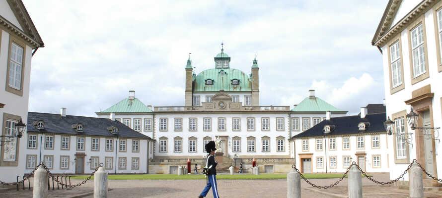 Fredensborg slott, den kongelige familiens sommer- og høstbolig, ligger bare en kort spasertur fra vertshuset.