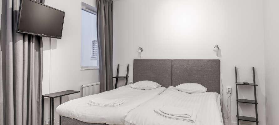 På Hotell Fängelset bor ni modernt i de rymliga standarddubbelrummen (bild) eller i de minimalistiska