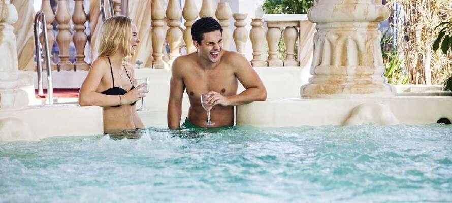 Besök Lysingsbadet där hela familjen kan ha en rolig dag med vattenrutschbanor, vågor och varma källor.