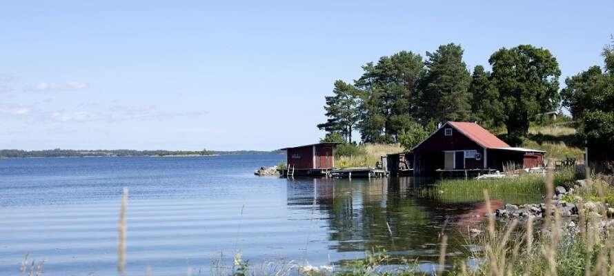 Utforsk skjærgården med holmer og skjær. Hopp i land på Hasselö og Sladö.