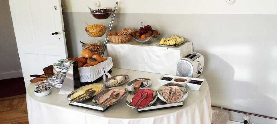 Før dagens mange opplevelser, kan dere nyte en rik frokostbuffet i hotellets frokostrestaurant.