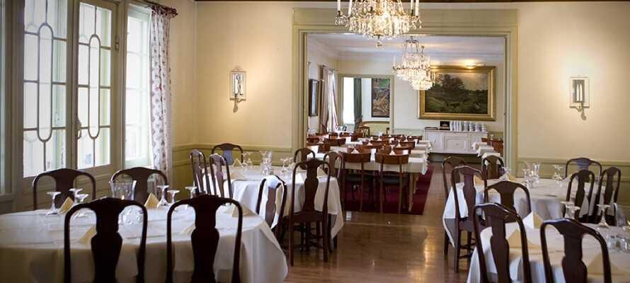 Das Restaurant bietet köstliche Gerichte und guten Service in angenehmer Atmosphäre.