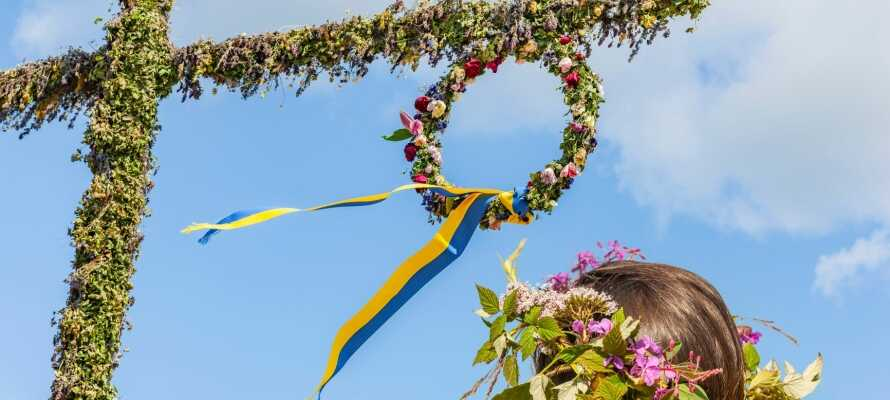 Dalarna ist berühmt für seine Mittsommerfeier, aber während des ganzen Sommers gibt es Feste mit schönen Volkstrachten.