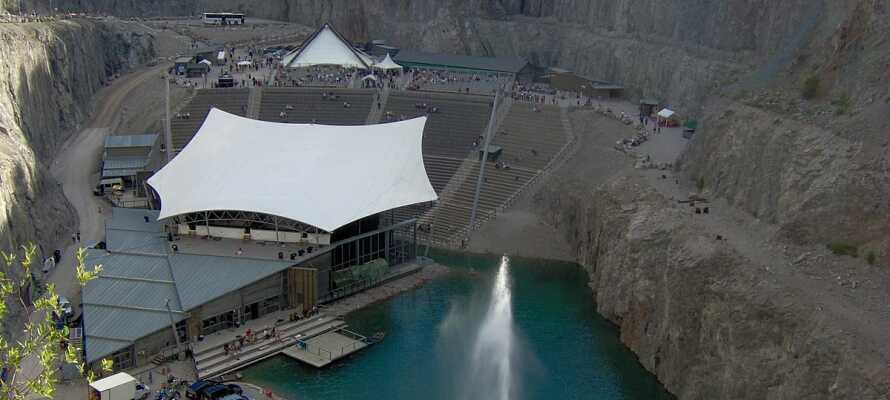 Dalhalla, nord for Rättvik, byder  på en friluftsscene til teater og koncerter med plads til ca. 4.000 tilskuere.