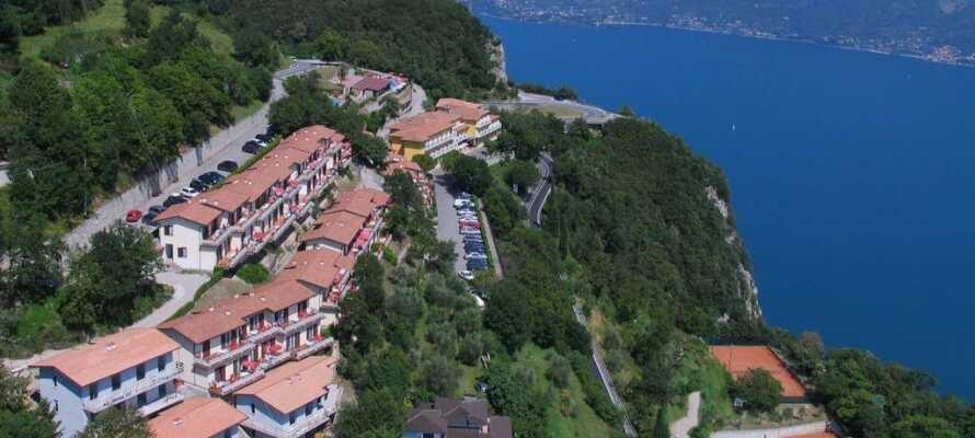 Hotellet ligger høyt hevet over Gardsjøen. Nyt den fantastiske panoramautsikten over den idylliske sjøen og hotellets utendørs bassengområde, med fjellene i bakgrunnen.