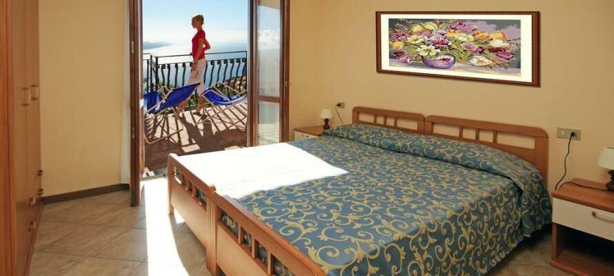 Es gibt einzelne Zimmer mit Balkon und einem herrlichen Blick auf den Gardasee.