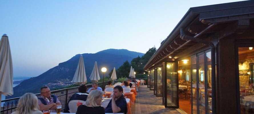 Hotellet har en egen restaurant og bar, samt et hyggelig pizzeria ved bassenget. Nyt utsikten fra terrassen.