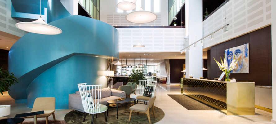 Her bor dere på et elegant og komfortabelt hotell med en hyggelig lobby.