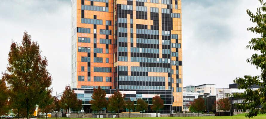 Bygningen er Lunds høyeste, og endrer farge alt ettersom hvordan sollyset faller på.