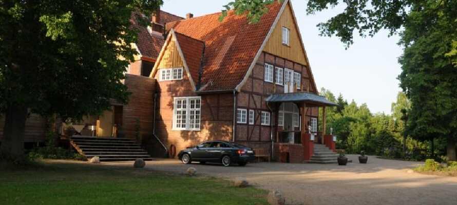Das 4-Sterne-Hotel liegt etwa 50 km östlich von Hamburg, umgeben von Wiesen, Wäldern und Seen.