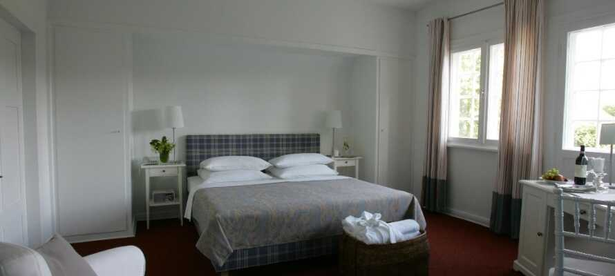 Njut av en 4-stjärnig komfortnivå på ett av hotellet fina och ljusa rum.
