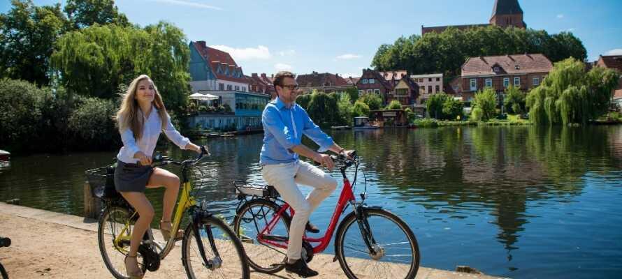På hotellet kan ni hyra cyklar för att utforska området med de små sjöarna och trevliga städerna.